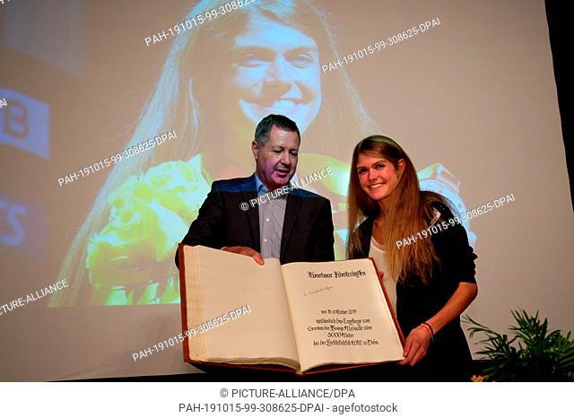 15 October 2019, North Rhine-Westphalia, Königswinter: The sportswoman Konstanze Klosterhalfen (r) and the mayor Peter Wirtz (l