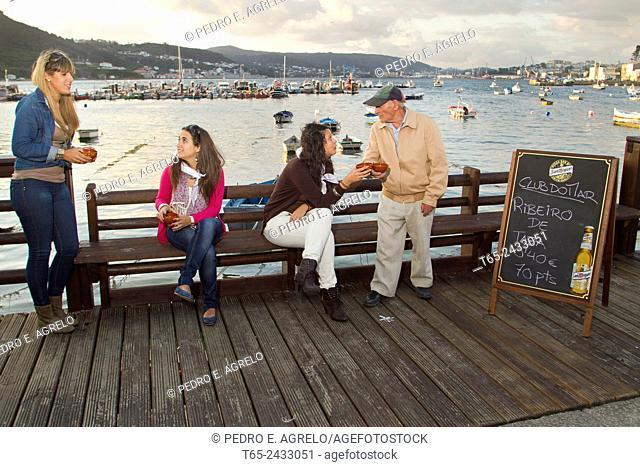 En Mugardos, Coruña, iniciativa de una asociacion de comerciantes, que permite a los vecinos pagar con pesetas. Gente de muchos lugares acudio a comprar