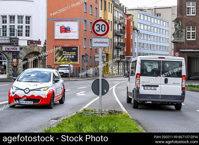 11 February 2020, North Rhine-Westphalia, Hagen: Vehicles wait in front of a traffic light at the Märkischer Ring (Bundesstraße 54) in Hagen
