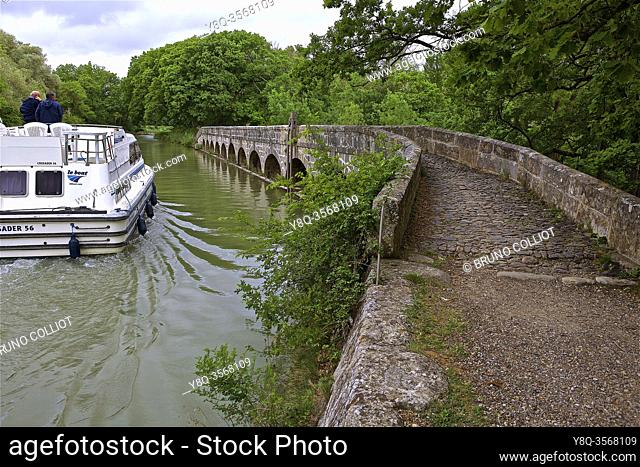 the Redorte outfall, Argent-Double canal bridge, The Argent-Double canal bridge is one of the many bridges of this type on the Canal du Midi