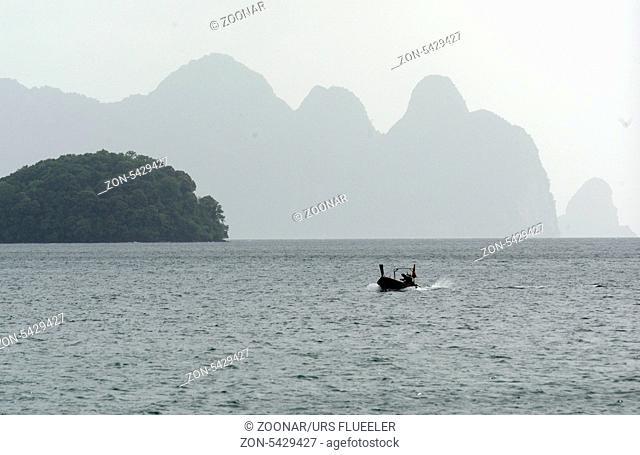 Kalkfelsen und Hoehlen im Ao Phang Nga Nationalpark wenige Bootsminuten oestlich von der Hauptinsel Puket auf der Insel Phuket im sueden von Thailand in...