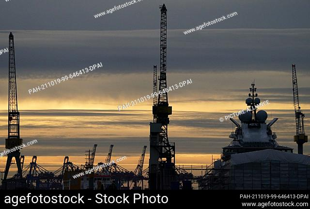 """18 October 2021, Hamburg: The luxury yacht """"""""Nord"""""""" lies in a dry dock at the Blohm+Voss shipyard in the Port of Hamburg at sunset"""