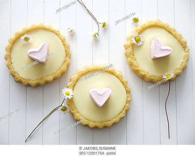 Tartlets with white chocolate ganache and marshmallow hearts
