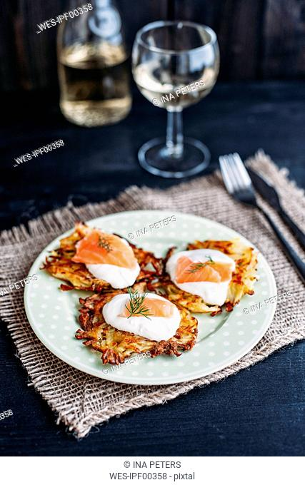 Potato pancakes with sour cream and smoked salmon