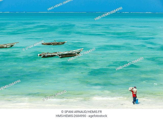Tanzania, Zanzibar, Jambiani, fisherman returning from his fishing day