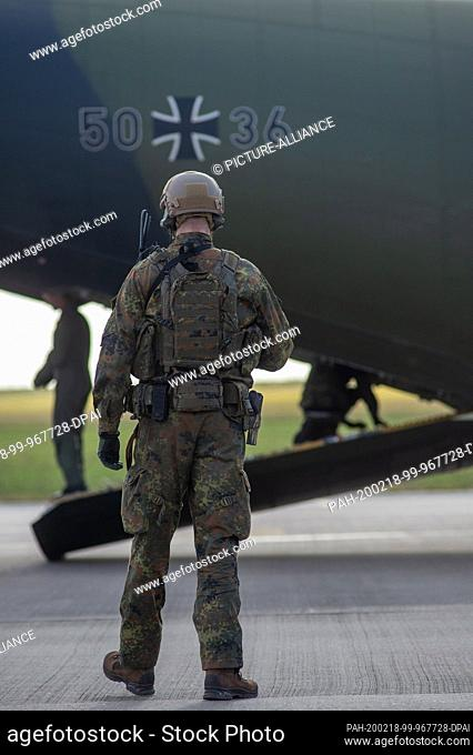18 February 2020, Saxony-Anhalt, Magdeburg: A soldier secures the surroundings of a Transall of the air force at the Magdeburg airfield
