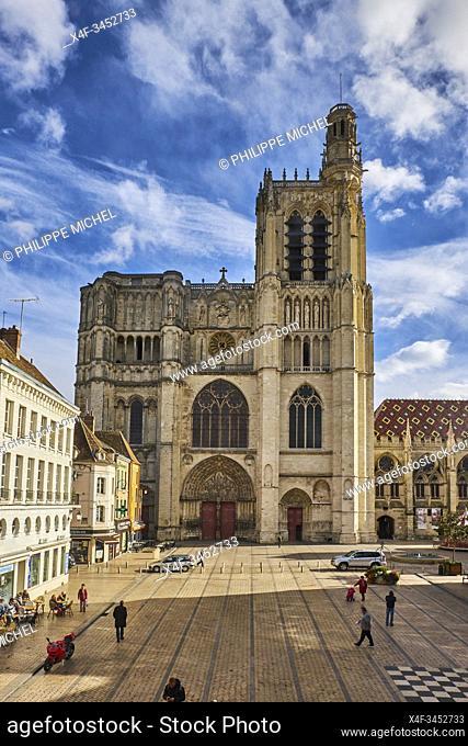 France, Burgundy, Yonne, Sens, Saint-Etienne cathedral and Republique square