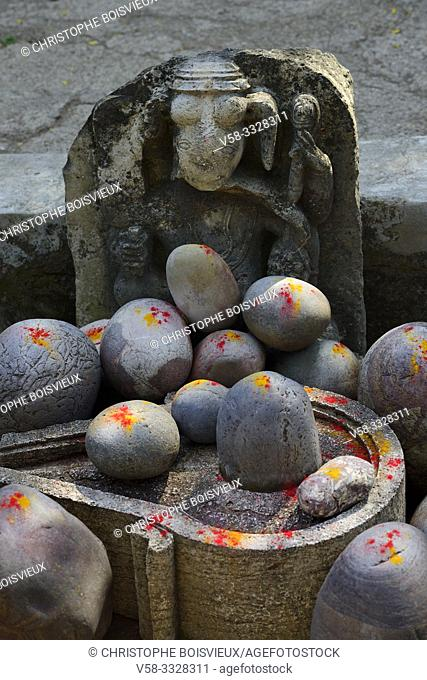 India, Madhya Pradesh, Maheshwar, Ahilya fort, Collection of Shiva lingams powdered with saffron and vermillion