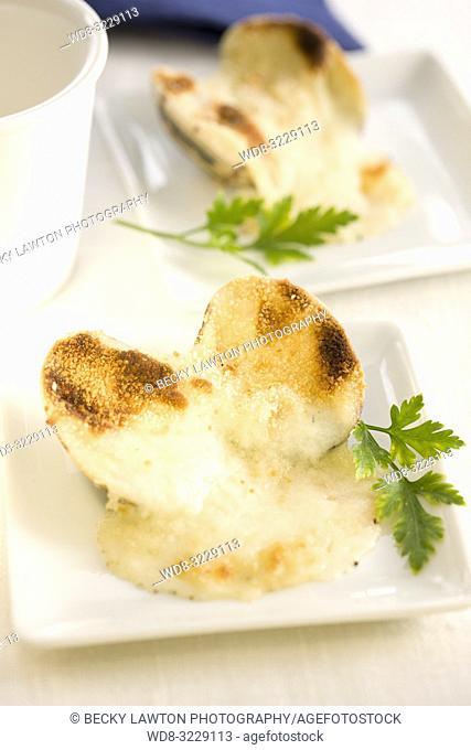 Platillo de almejas rellenas de queso