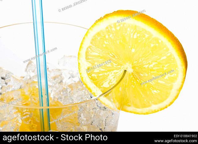 Glas Orangensaft mit Zitronenscheibe