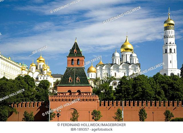 Kreml Wall with Tajnikij Tower, with Cathedral of Mary Annunciation and Archangel Michael Cathedral and the Bell Tower Ivan Velikij , Moscow, Russia