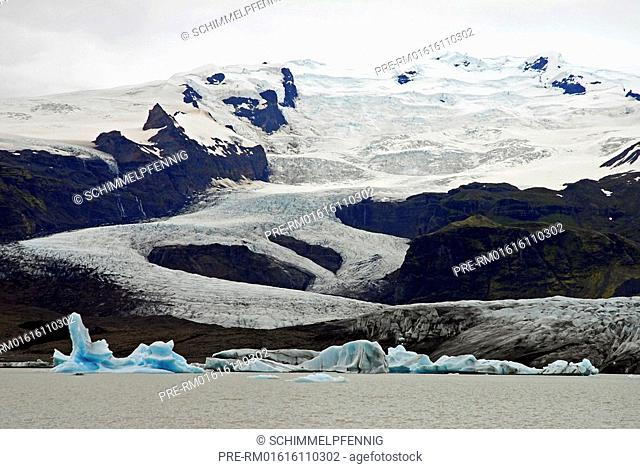 glacier Fjallsjökull, icebergs in glacial lake Fjallsárlón in front, Southiceland, Iceland