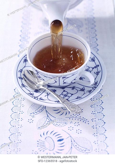 How to make East Friesian tea: pour the tea into the cup