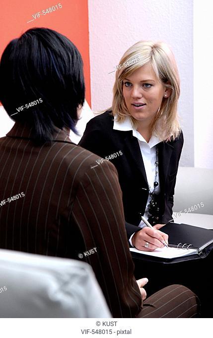 Businessfrauen im Gespraech. - Niederoesterreich, Ísterreich, 10/09/2007