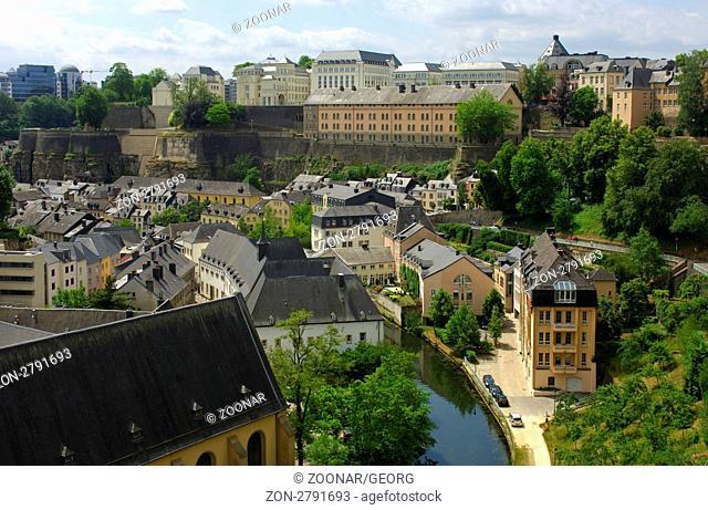 Blick auf die Unterstadt mit Wohnhäusern im Grund Viertel im Alzette-Tal, Luxemburg / View at the lower town in the Grund district with residential buildings on...