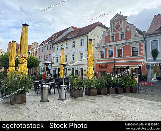 """12 October 2020, Brandenburg, Cottbus: Hardly any passers-by can be seen in Cottbus city centre, with the restaurant """"""""Mosquito"""""""" in the background"""