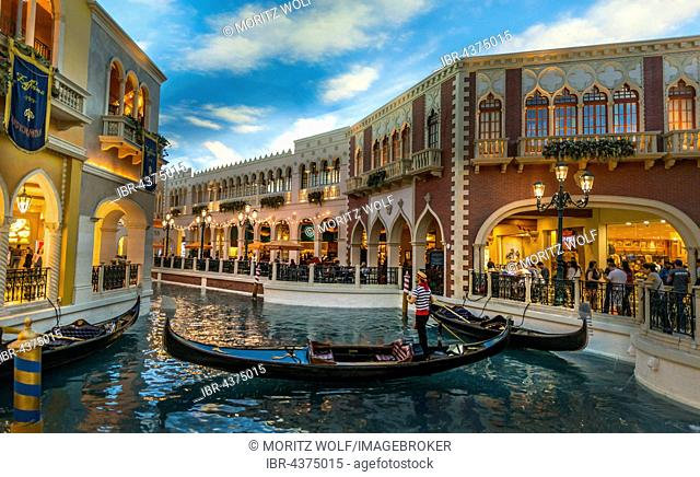 Tourists, replica of Venice, Venetian gondolas on canal, artificial sky, The Venetian Resort Hotel Casino, Las Vegas, Nevada, USA