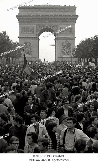 The risk of a revolution in Paris has been averted. De Gaulle supporters are crowding in the Champs-Elysées, under the Arc de Triomphe
