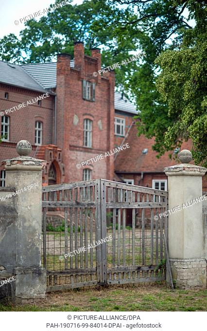 16 July 2019, Saxony-Anhalt, Wittenmoor: The Wittenmoor manor house stands behind a wooden gate which is missing some battens