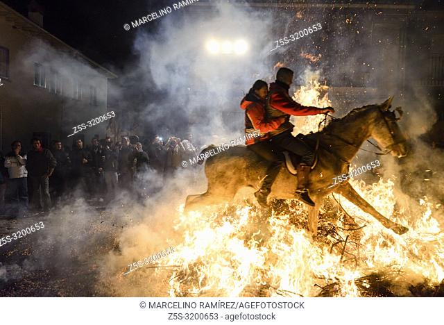 Every January 16, San Bartolomé de Pinares celebrates the festivities in honor of San Antonio Abad, patron saint of animals, better known as Las Luminarias