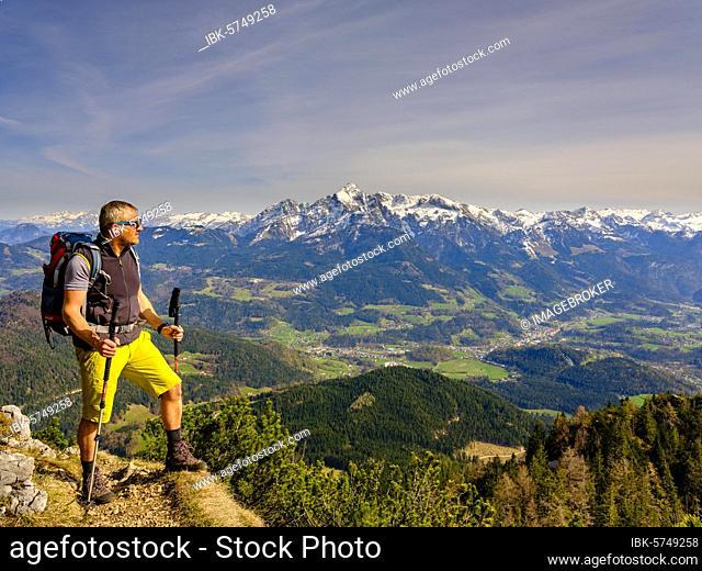 Mountaineer climbing the Rauhen Kopf, Berchtesgadener Alps, in the back mountain peak Hoher Göll, Bischofswiesen, Berchtesgadener Land, Upper Bavaria, Bavaria