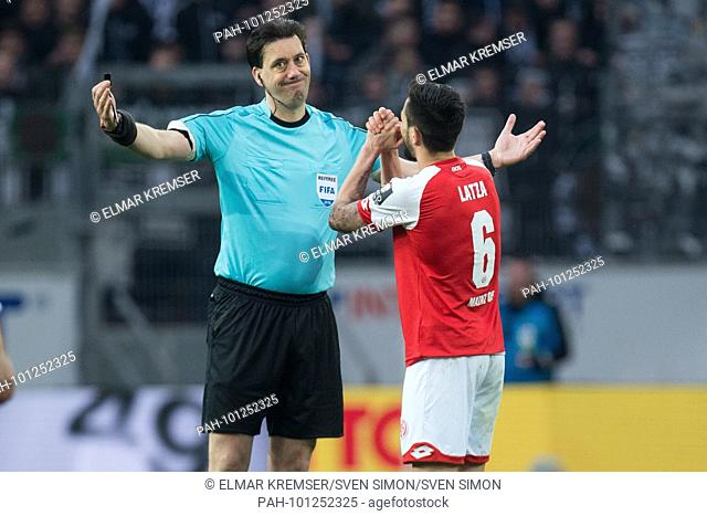 referee Manuel GRAEFE (li., Gr-fe) wird von Danny LATZA (MZ) angefleht, angebetet, gesture, gesture, halbe Figur, Halbfigur, beten, bitten, bittet, fleht