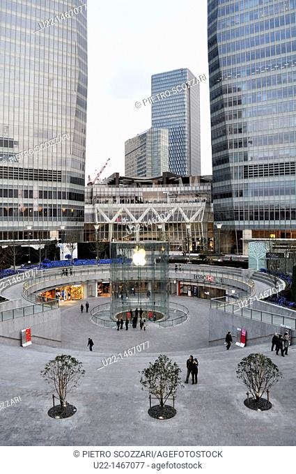 Shanghai (China): square and Apple store in Pudong