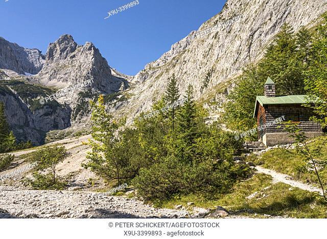 Kapelle Höllental und Zugspitz-Massiv bei Grainau, Garmisch-Partenkirchen, Oberbayern, Bayern, Deutschland | Höllental valley chapel and Zugspitze mountain...