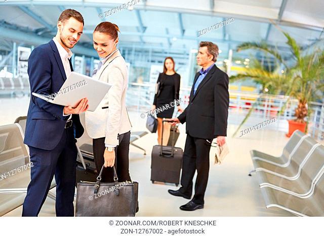 Geschäftsleute Team auf Dienstreise im Flughafen lesen News auf dem Laptop Computer