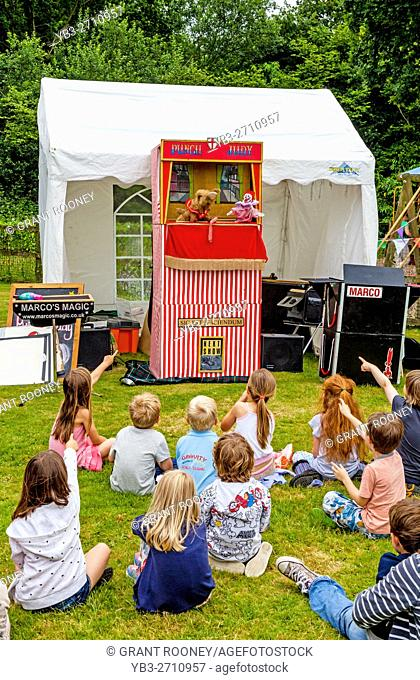 Children Watch A Traditional Punch and Judy Show At The Fairwarp Village Fete, Fairwarp, East Sussex, UK
