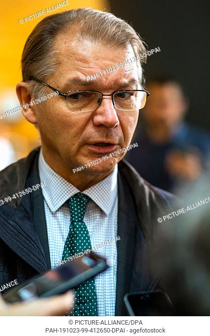 23 October 2019, France (France), Straßburg: Philippe Lamberts, Group of the Greens/European Free Alliance, addresses media representatives in the European...