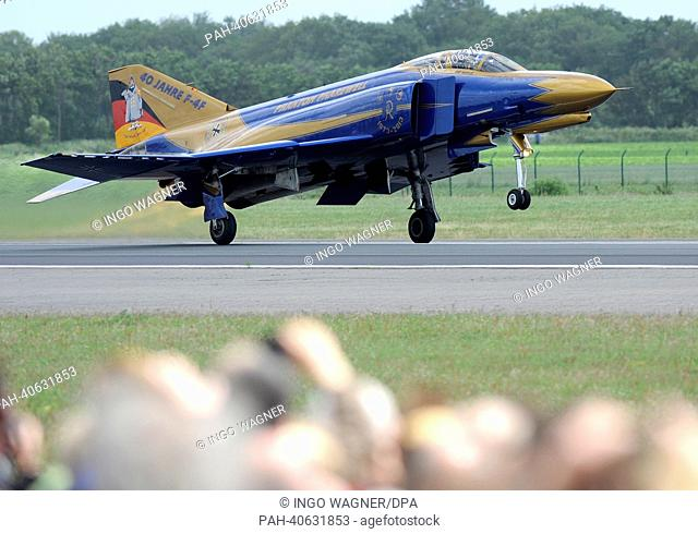 Visitors of the 'open house' day watch the last startof fighter jet 'Pharewell'-Phantom F-4F on the airfield of the fighter wing 71 'Richthofen' in Wittmund