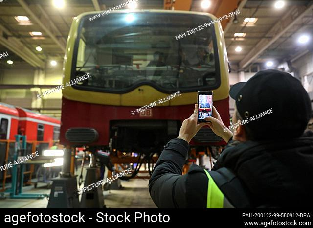 22 January 2020, Saxony-Anhalt, Halle: A journalist uses his mobile phone to photograph a class 481 car in a hall of Maschinenbau und Service GmbH (MSG) in...