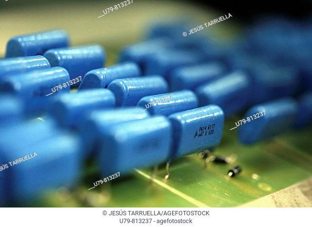 Placa base con componentes electrónicos