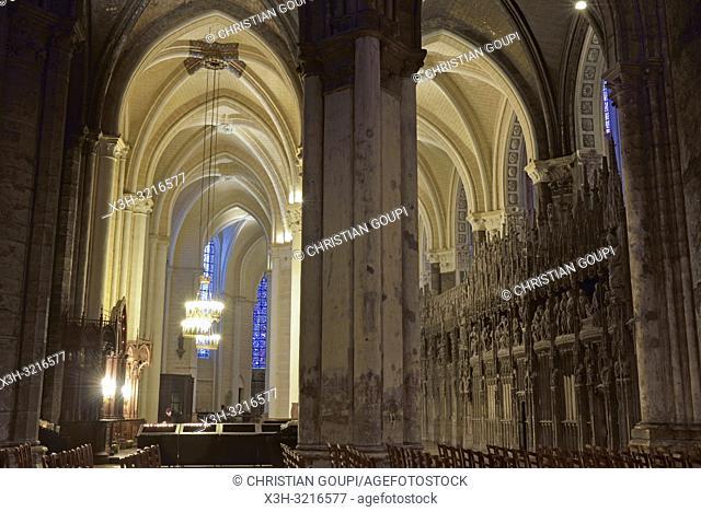 deambulatoire et sculptures ornant la cloture ou tour du choeur de la Cathedrale Notre-Dame de Chartres, Eure et Loir, region Centre, France