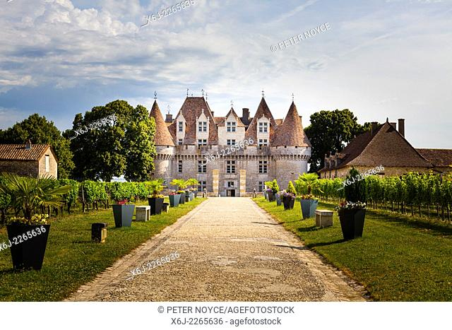 Path leading to the main entrance of the Chateau de Monbazillac