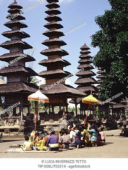Praying to the gods, Pura Taman Ayun, Mengwi. Bali, Indonesia