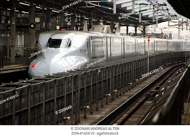 Kyushu Shinkansen an Shin Osaka Station in Osaka, Japan / Kyushu Shinkansen at the Shin-Osaka Station in Osaka, Japan