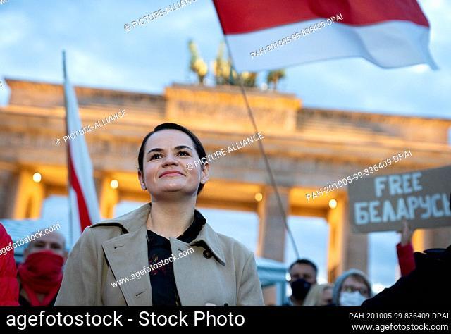 05 October 2020, Berlin: The opposition leader Svetlana Tikhanovskaya from Belarus is welcomed by supporters at the Brandenburg Gate