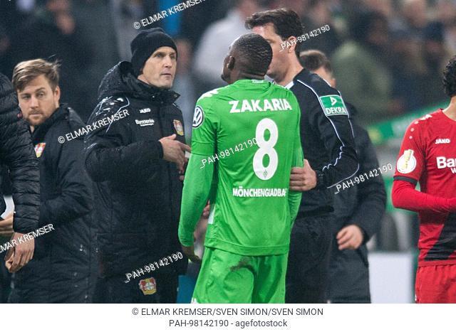 Waehrend eines Streits zwischen Denis ZAKARIA (mi., MG), und Trainer Heiko HERRLICH (li., LEV) reden beide with referee Manuel GRAEFE (Gr-fe), Tumult, Streit