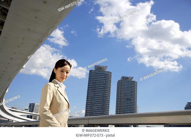 Japan, Honshu, Tokyo, Young businesswoman smiling, portrait