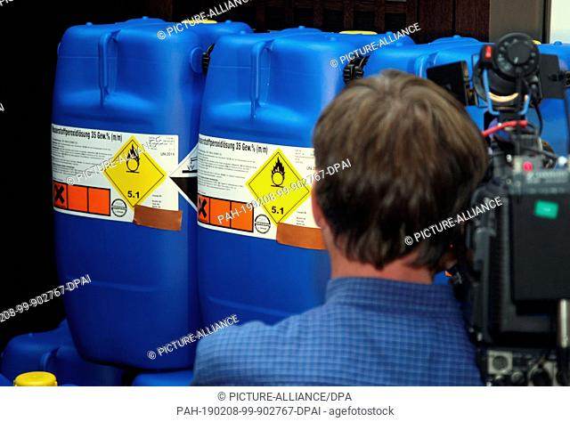 FILED - 05 September 2007, Baden-Wuerttemberg, Karlsruhe: The Federal Prosecutor's Office has empty barrels containing hydrogen peroxide solution