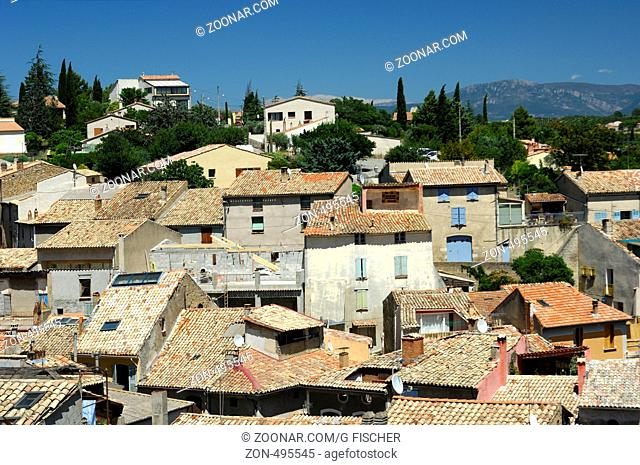 Blick über die Dächer des Orts Valensole, Provence, Frankreich / View across the roofs of the village of Valensole, Provence, France