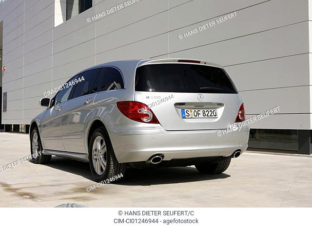 Car, Mercedes R 500, R-Klasse, model year 2005-, silver, Van, Crossover model, Limousine, standing, upholding, diagonal from the back, rear view, City