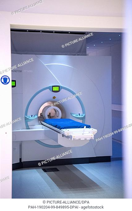 04 February 2019, Baden-Wuerttemberg, Heidelberg: A device for a magnetic resonance scan is in a room. Photo: Sebastian Gollnow/dpa
