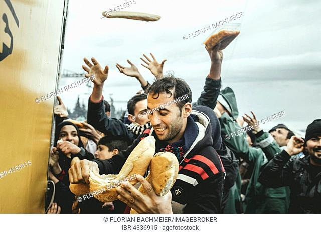Distribution of food by Greek volunteers, refugee camp in Idomeni, border with Macedonia, Greece