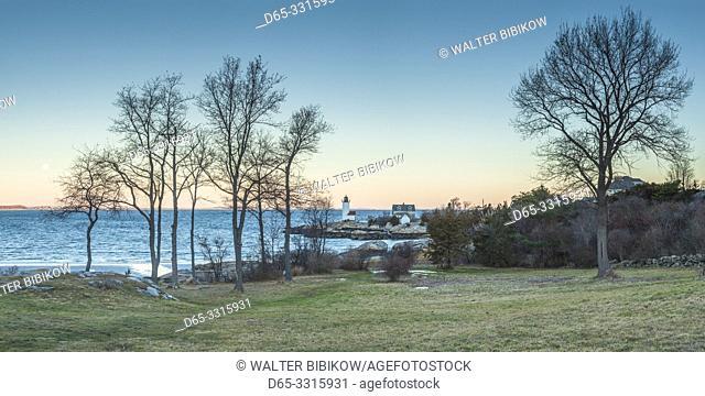 USA, New England, Massachusetts, Cape Ann, Gloucester, Annisquam Lighthouse, winter moonset, dawn