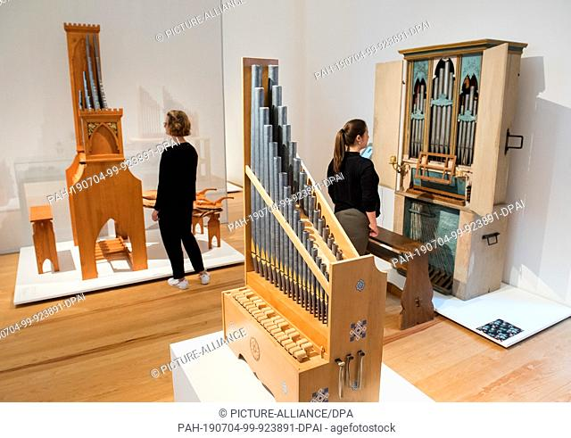 04 July 2019, Hamburg: Two women look at each other in the Museum of Arts and Crafts in the exhibition Manufaktur des Klangs