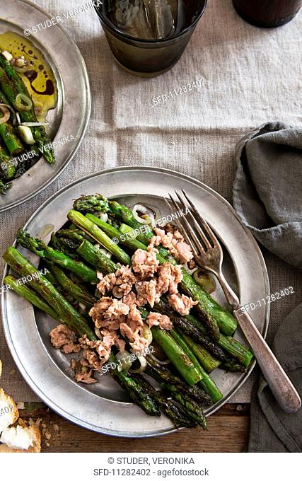 Roasted asparagus salad with spring onions and tuna