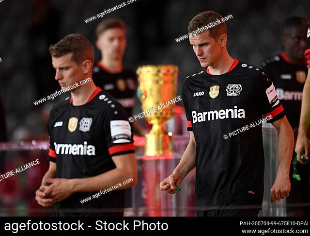 04 July 2020, Berlin: Football: DFB Cup, Final: Bayer Leverkusen - FC Bayern Munich, in the Olympic Stadium. Leverkusen's Sven Bender (M) passes the cup after...